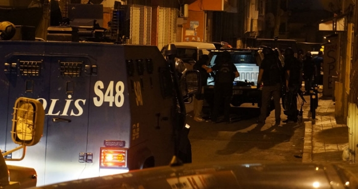 Okmeydanı'da bir eve polis baskını