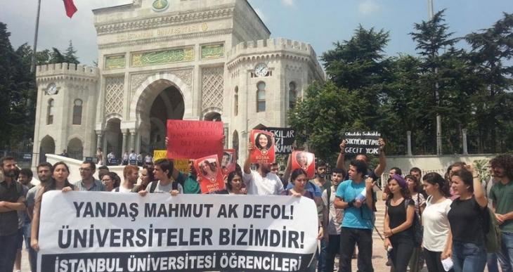 İstanbul Üniversitesi öğrencileri, rektörü protesto etti