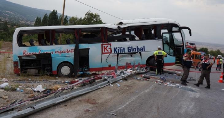Yolda kayan tur otobüsü devrildi: 4 turist öldü, 38 yaralı