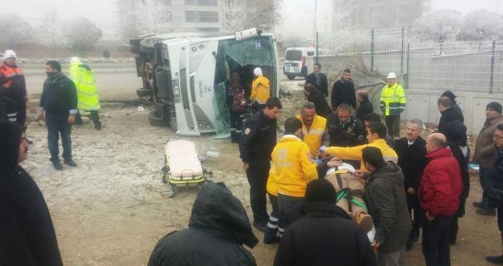 Okul servisi devrildi: 15 öğrenci yaralandı
