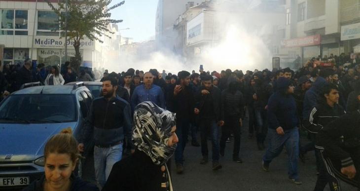 Diyarbakır'da Sur'a yürüyen halka polis saldırdı