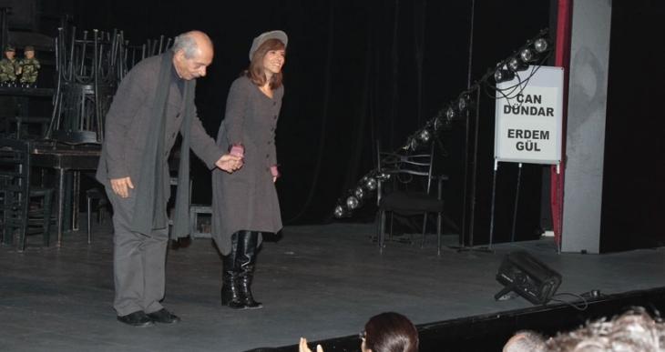 Erkal'dan gazetecilere  sahneden destek