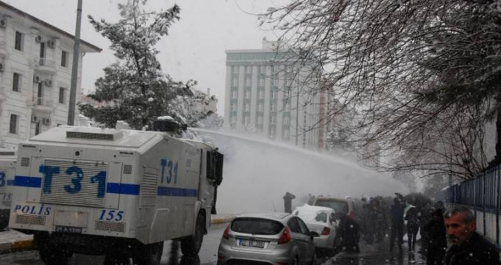 Diyarbakır'da barış çağrısı yapan kitleye polis saldırdı