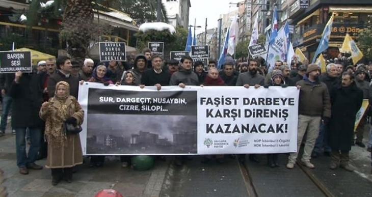 Sokağa çıkma yasaklarına karşı Kadıköy'de eylem