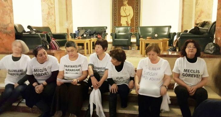 Kadınlar Mecliste beyaz tülbentlerini yaşamdan yana taşa çaldılar