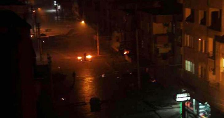 Tarsus'ta polis katliam protestosuna ses bombası ile saldırdı