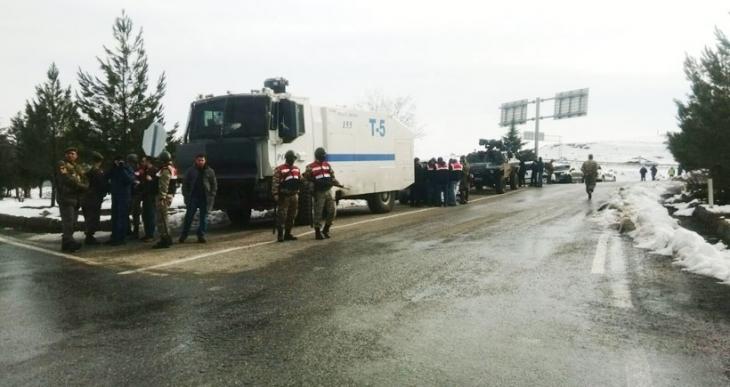 İnsanlık yürüyüşü için yola çıkan kadınlara Siirt'te Şırnak valisi engeli
