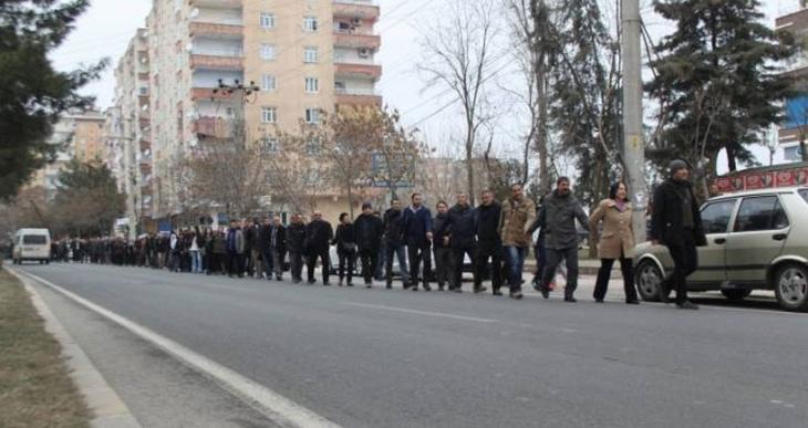 Sur için oluşturulan insan zincirine polis saldırdı