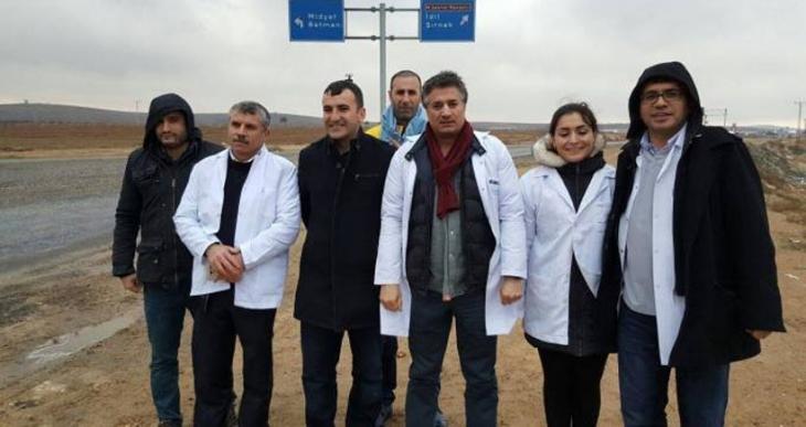 Sekiz gündür yolda olan gönüllü sağlıkçılar: Sağlık koridorunu açın!