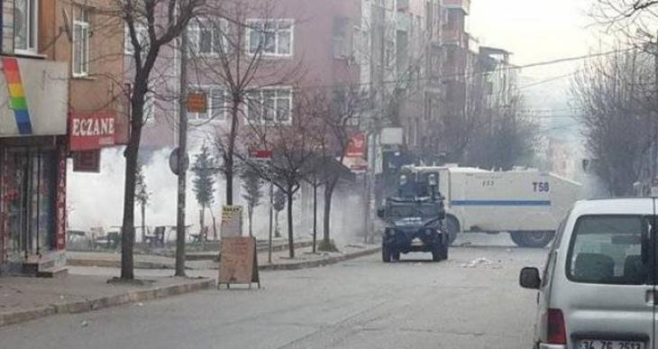 Gazi'de polis yine saldırdı