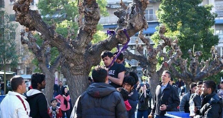 Atina'nın merkezinde Suriyeli 2 mülteci kendini ağaca astı