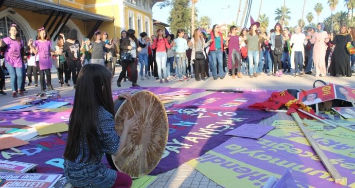 Adana'da kadınlar yaşam hakkı, özgürlük ve iş güvencesi için alandaydı