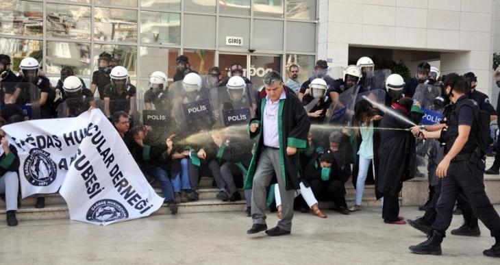 Alanya Kaymakamlığana göre polis biber gazını avukatlara değil, havaya sıkmış!