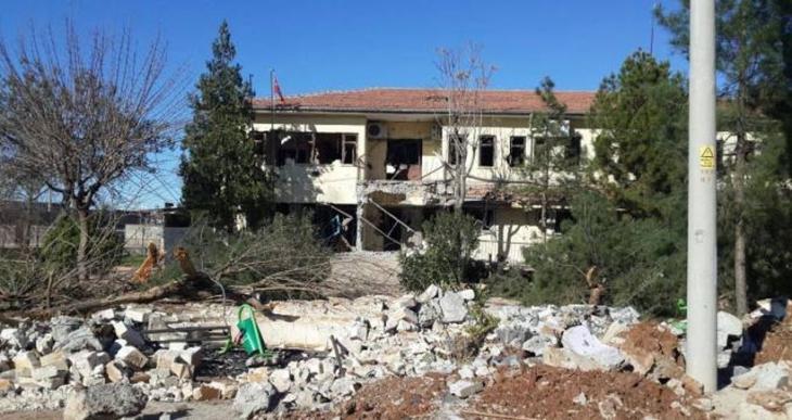 Tankla vurulan İdil Belediyesi kullanılamaz hale getirilmiş
