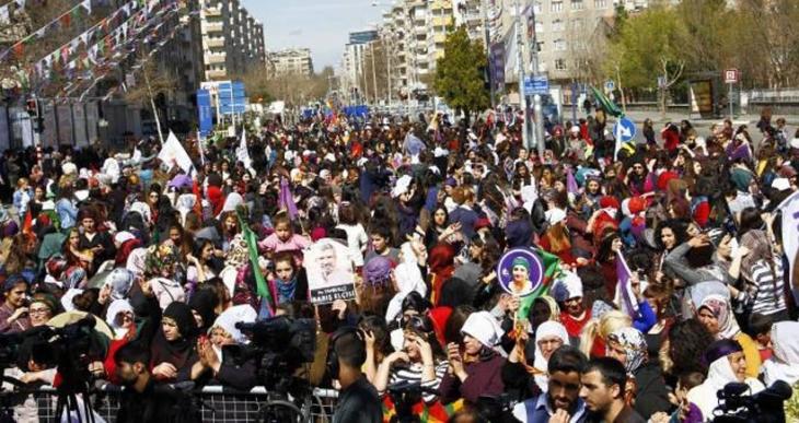 Diyarbakır 8 Mart mitinginden direniş sesi yükseldi