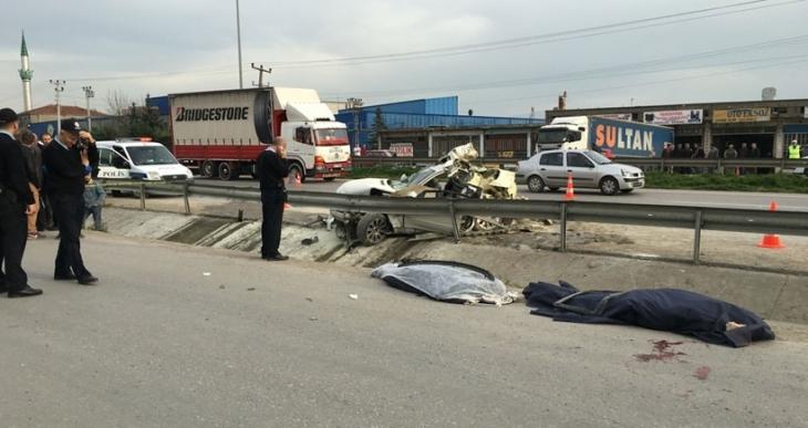 Fabrikaya giden işçilerin bulunduğu otomobil TIR'a çarptı: 2 işçi öldü, 1 işçi yaralı