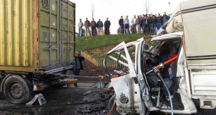 TEM'de belediye kamyoneti TIR'a çarptı: 2 işçi öldü