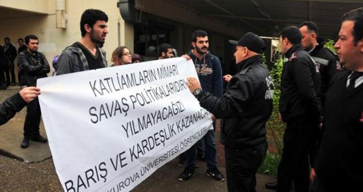 'Katliamın nedeni savaş politikalarıdır' diyen öğrencilerin basın açıklaması engellendi