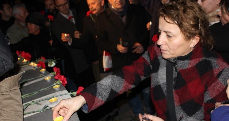 Kızılay'da bombanın patladığı yere karanfiller bırakıldı