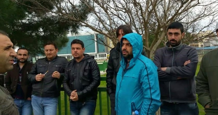 İşten atılan Renault işçileri fabrika önünde direnişe başladı