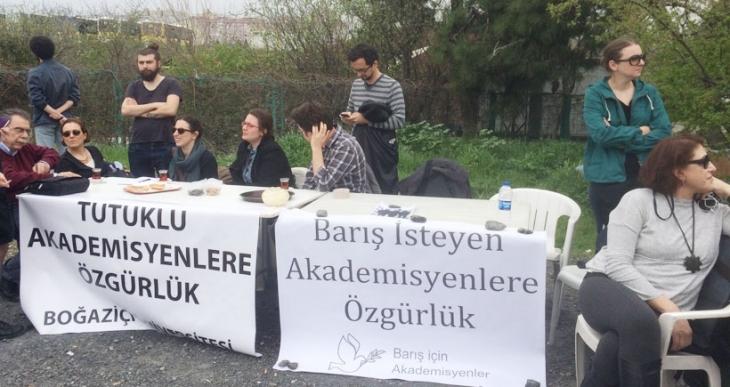 Tutuklu akademisyenler için 'Özgürlük Nöbeti' tutuldu