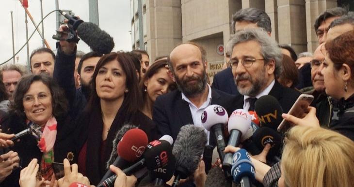 Gül ve Dündar: 1 Nisan'da da gazeteciliği savunmaya devam edeceğiz