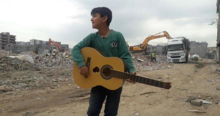 Cizreli çocuk, kırık gitarıyla enkaz başında