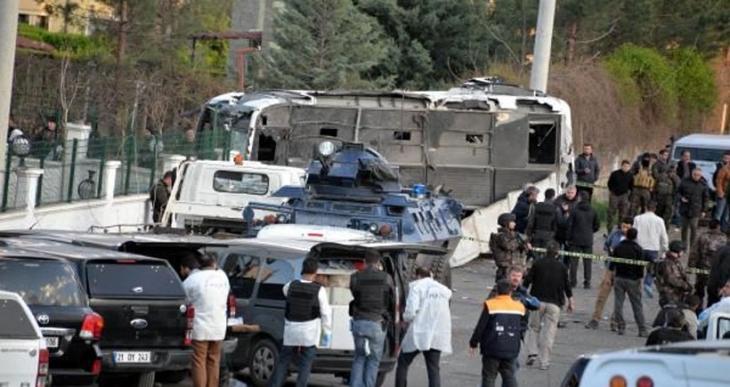 Diyarbakır'daki servis aracına saldırıda yaralanan komiser yardımcısı yaşamını yitirdi