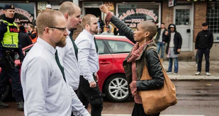 Yumruğu havada bir kadın Nazileri yardı geçti...
