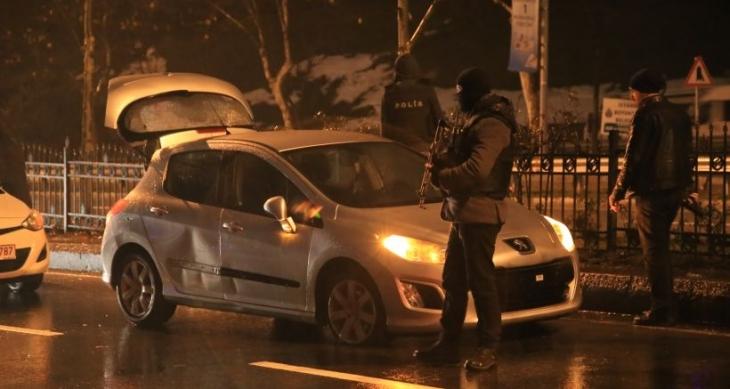 Polis 'dur' ihtarına uymayan otomobile ateş açtı