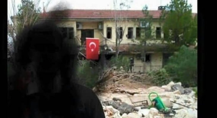 İdil'de top atışlarına hedef olan belediye binasına bayrak asıldı!