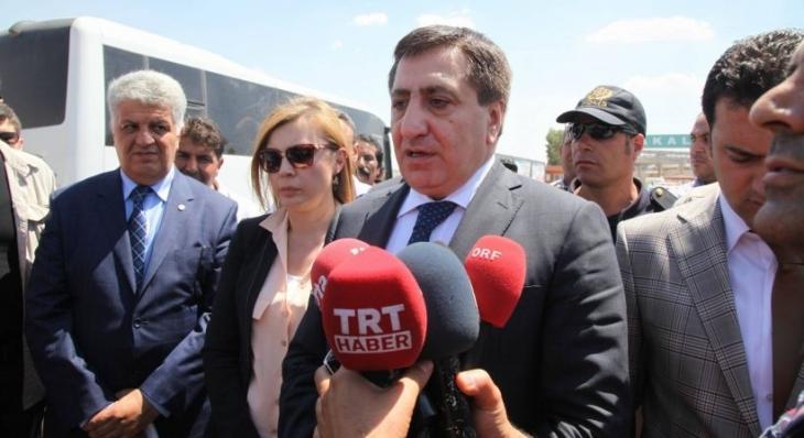 Urfa valisi, sınırda gazetecileri gözaltına aldırdı