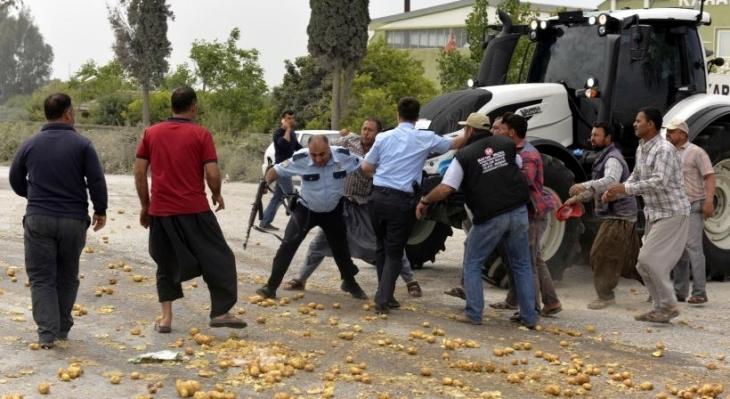 Eylem yapan çiftçilere polis saldırdı