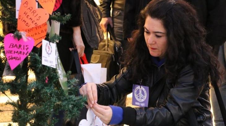 İzmir'de kadınlar yılbaşı süslerine 'barış' yazdı