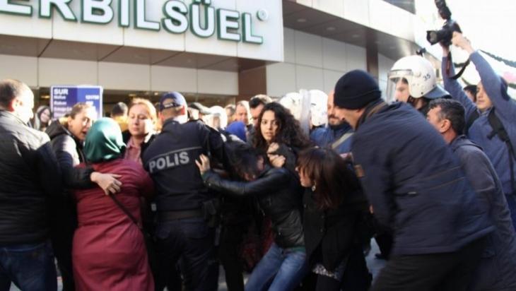 İzmir'de katledilen kadın siyasetçiler için yapılan eyleme polis saldırdı: 35 gözaltı