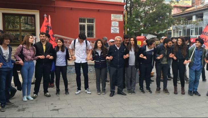 Halk oyunlarına 'zina' diyen müdür protesto edildi: İnadına el ele inadına halaya