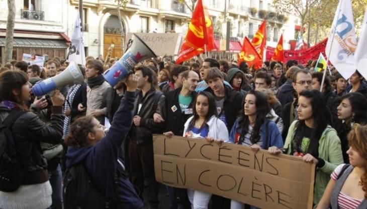 Fransa'da liseliler iş yasasına karşı ayaklandı