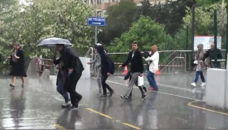 İstanbul'da yağmur bastırdı, yakalananlar zor anlar yaşadı