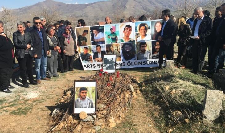 Ankara Katliamı'nda yitirilen Canberk Bakış mezarı başında anıldı