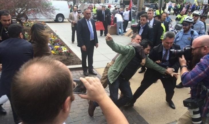 Erdoğan'ın korumaları Brookings Enstitüsü önünde gazetecilere ve protestoculara saldırdı