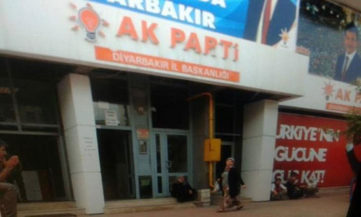 AKP Diyarbakır'da makarna dağıtmaya başladı