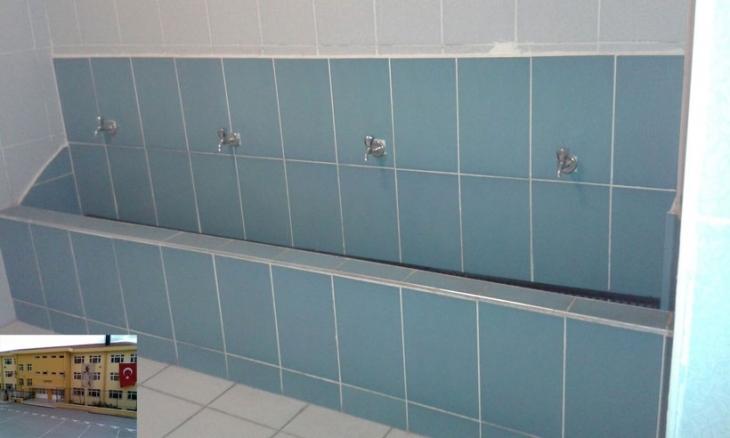 Lisenin erkekler tuvaletinde pisuvarları yıkıp şadırvan yaptılar