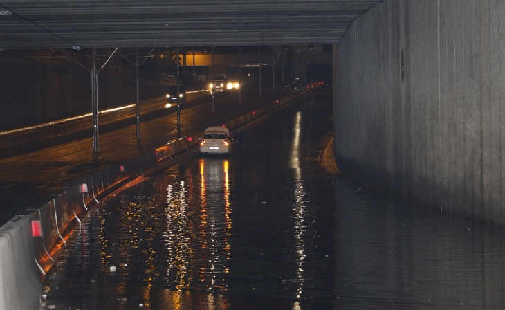 Antalya'da yollar göle döndü, evleri su bastı