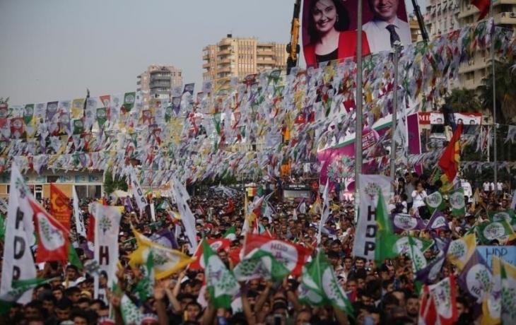 HDP mitingine katılıp flama taşımak da suç kapsamına girdi!