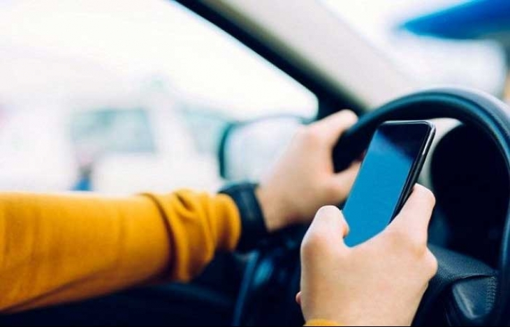 Sürücülerin yarısı, direksiyon başında telefon kullanıyor