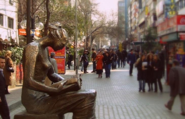 İnsan hakları anıtı ile aramızdaki bariyer