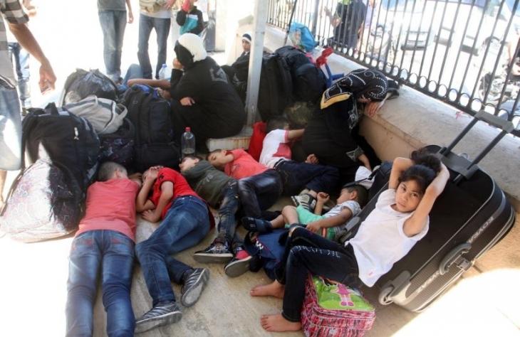 İzmir'de Suriyeli mülteciler cami avlusunda yaşıyor