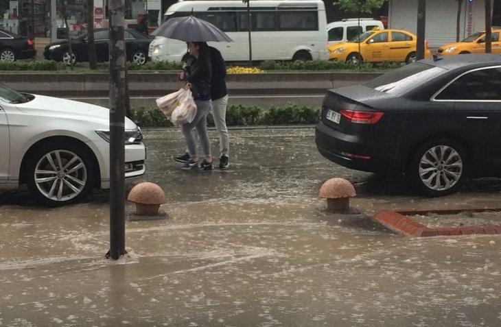 Batman 15 dakikalık yağmura teslim oldu