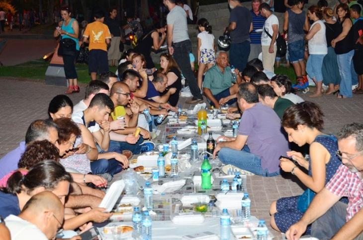 Antalya Büyükşehir Belediyesi'ndeki sürgünler yeryüzü sofrasıyla protesto edildi