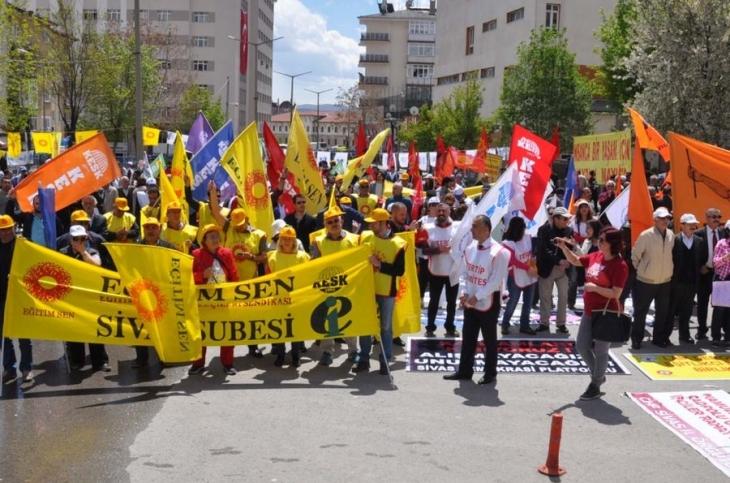 Sivas'ta 1 Mayıs yüzlerle kutlandı